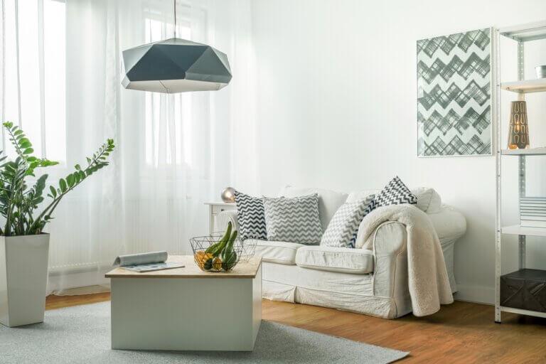 Convierte un salón pequeño en un espacio luminoso