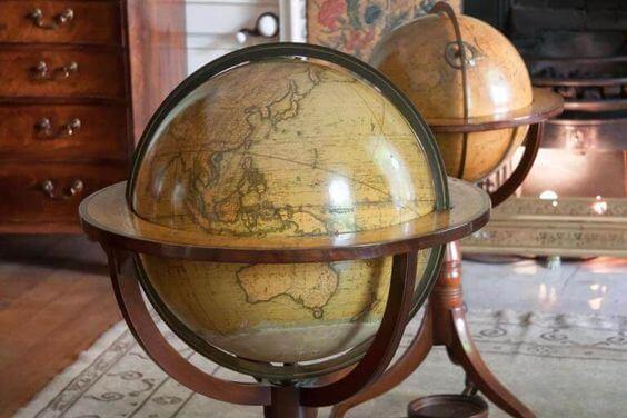 Una bola del mundo antigua