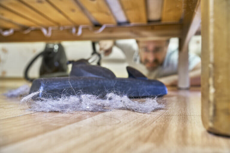 ¿Por qué se acumula tanto polvo debajo de las camas?