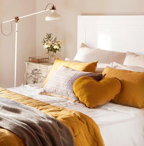 Dormitorio color mostaza