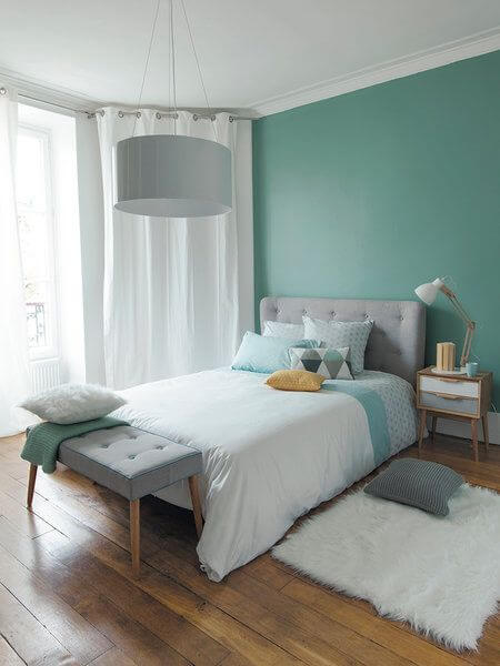 Dormitorio decorado en color verde menta
