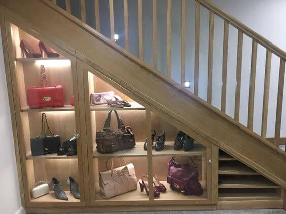Espacios difíciles: zapatero bajo la escalera