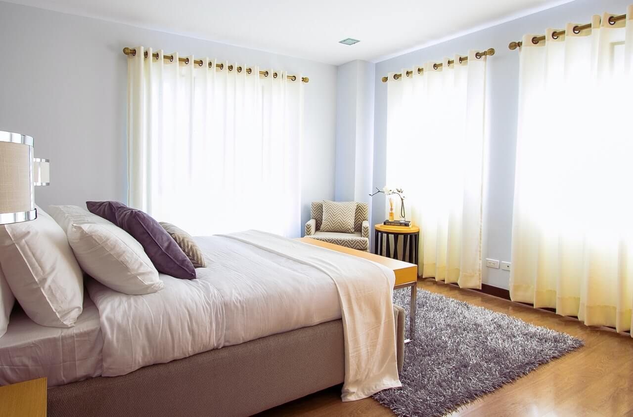 Dormitorio con alfombra