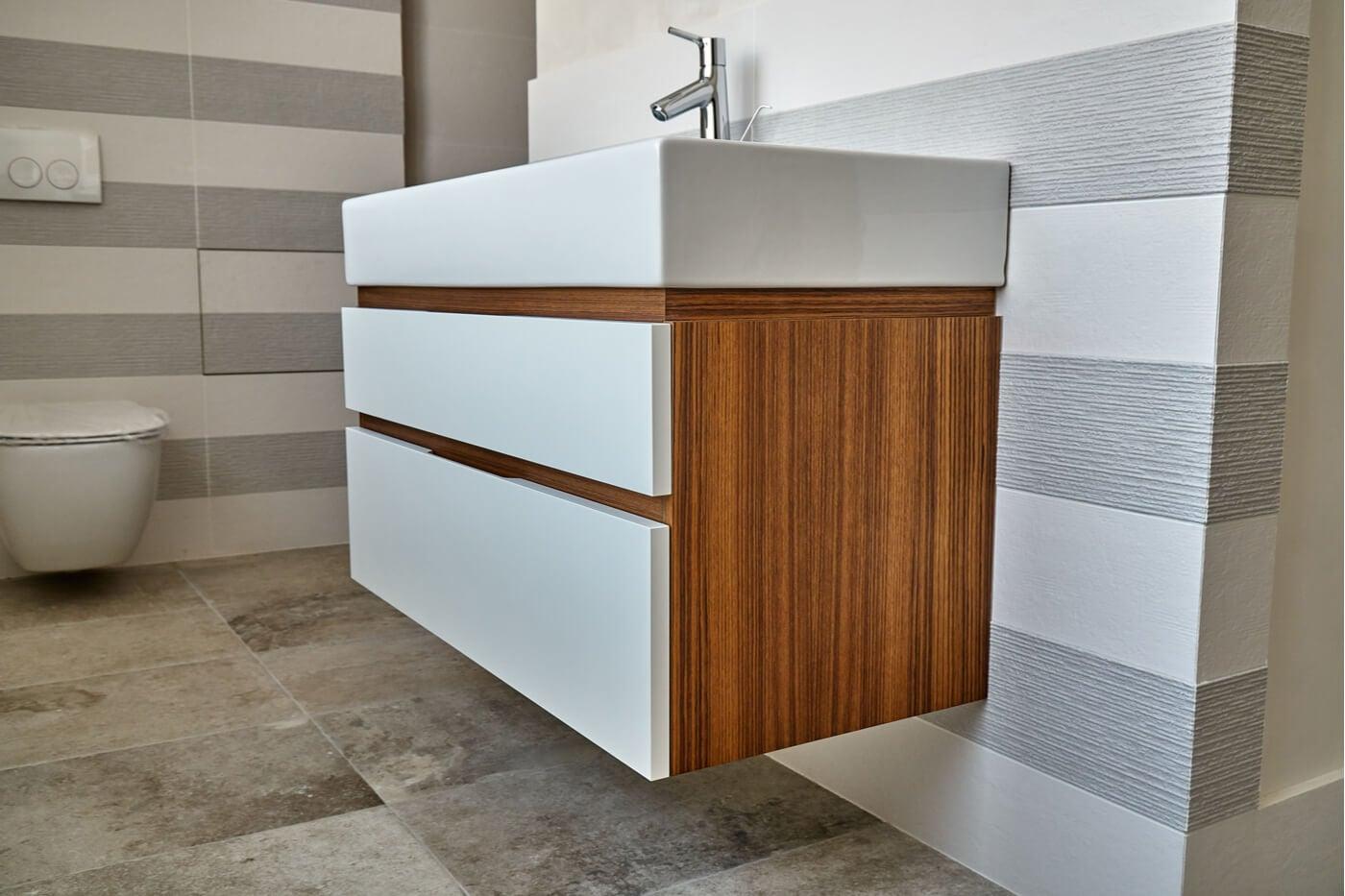 Recursos decorativos: mueble de madera de teca para el baño