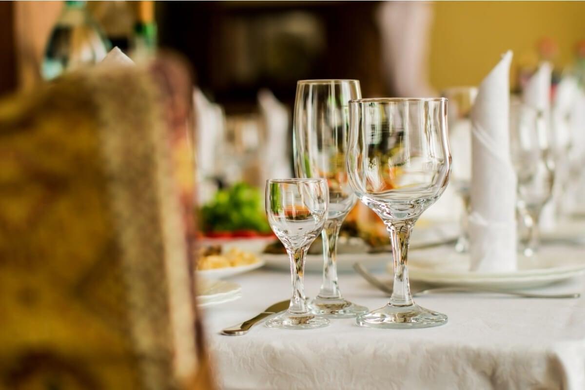 Aprende a usar y colocar los distintos tipos de copas en la mesa