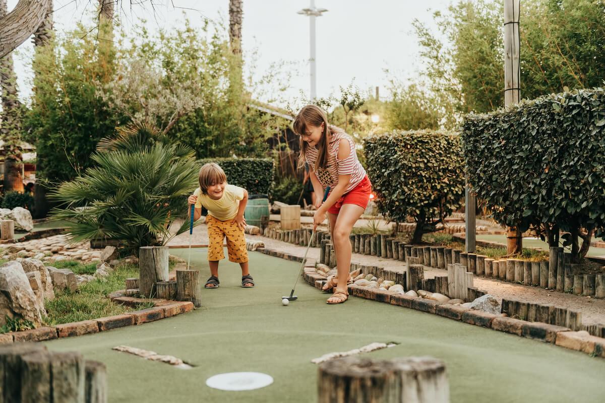 ¿Cómo realizar un minigolf en el jardín?