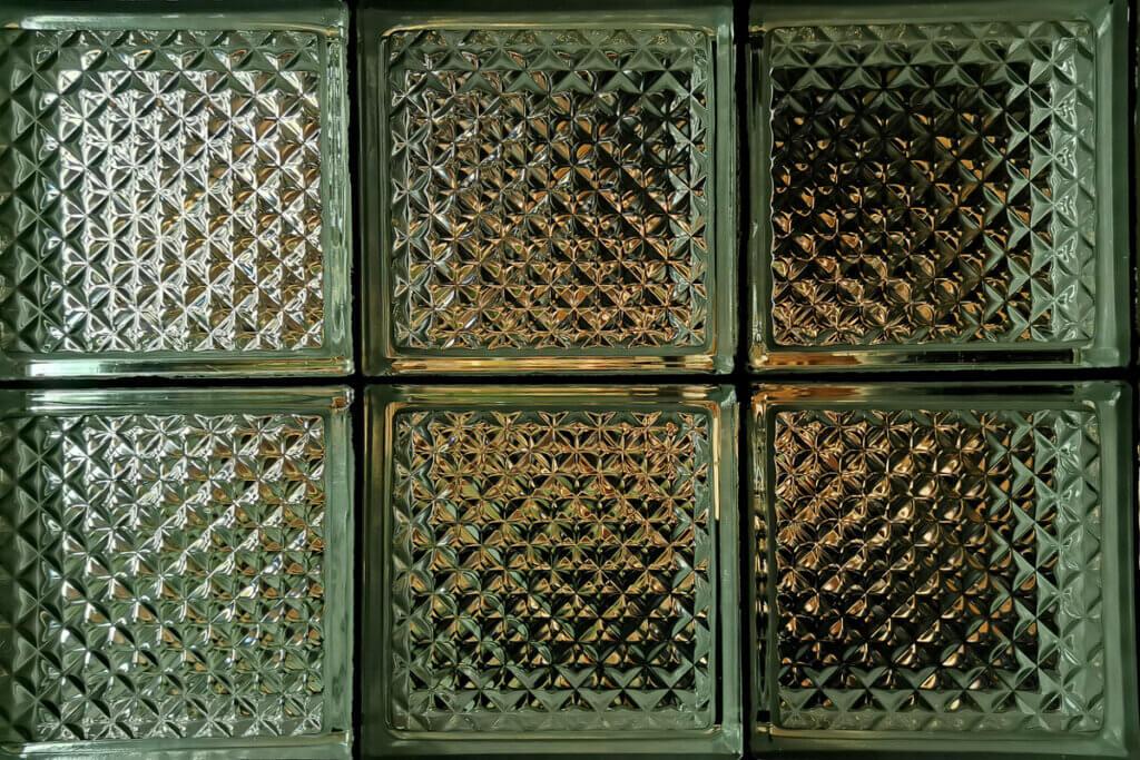 Bloques de vidrio ondulado: función y estética