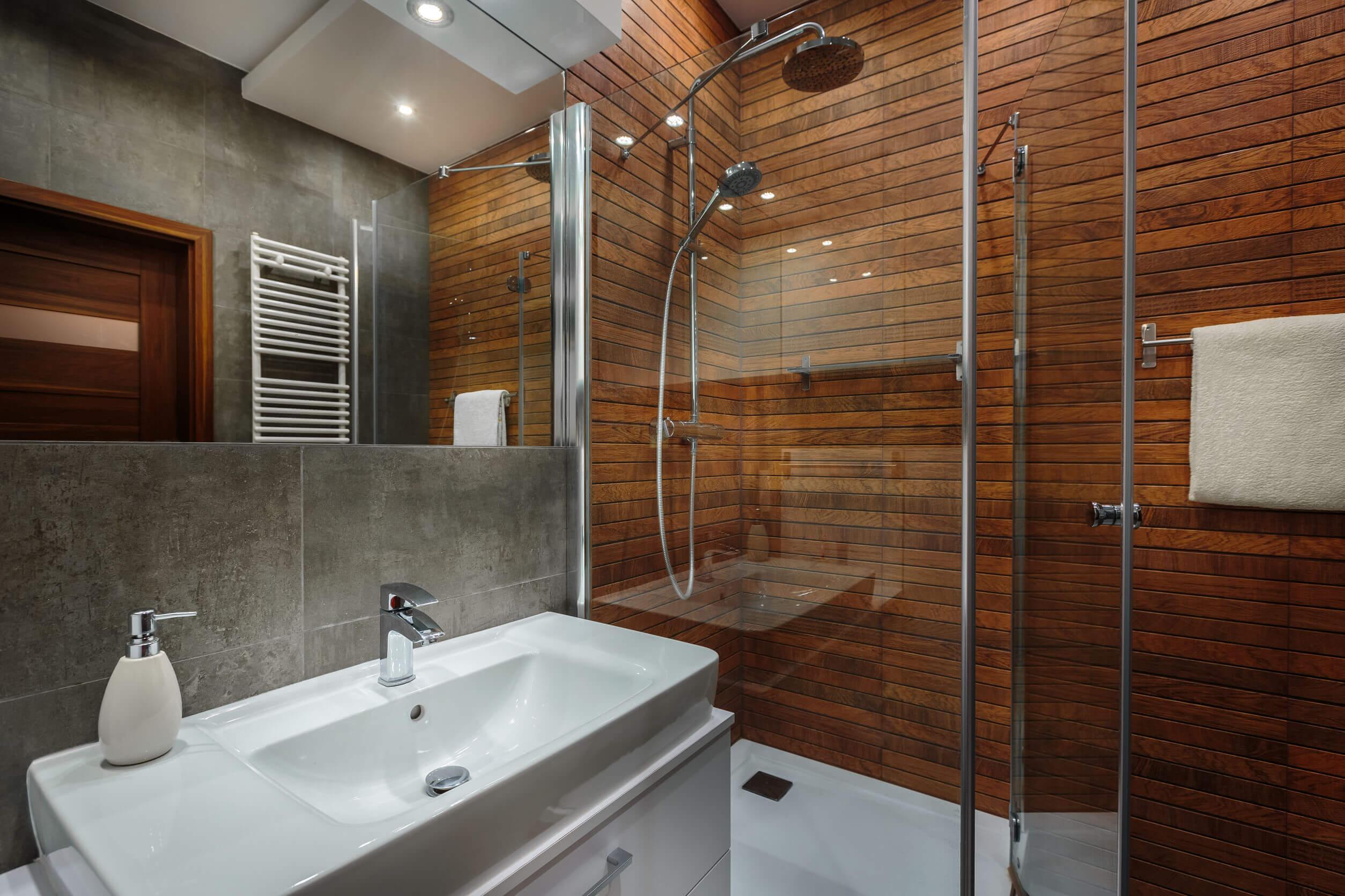 Duchas de madera para baños diferentes