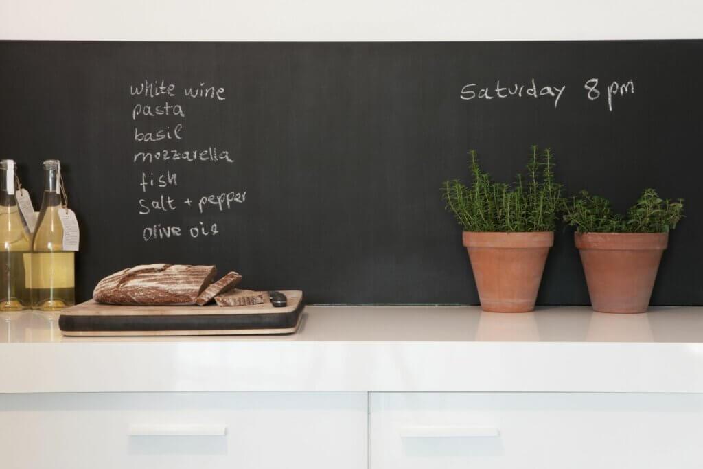Paredes de pizarra: una tendencia moderna para la cocina
