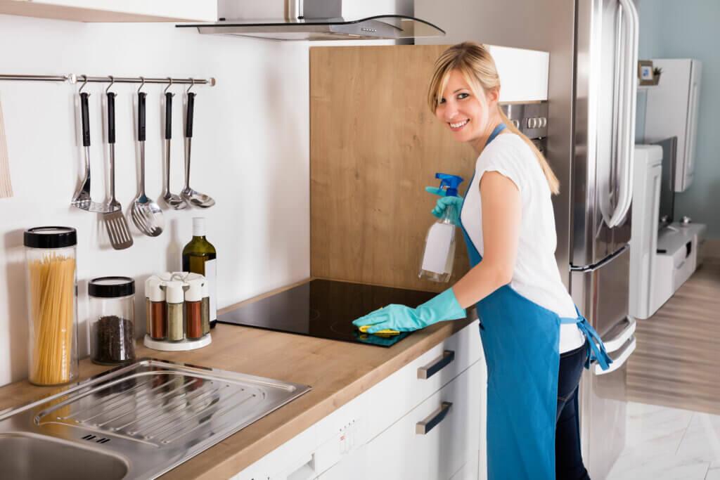 Operación limpieza y organización de la cocina