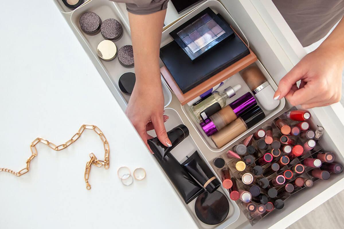 Organiza el maquillaje en bandejas.