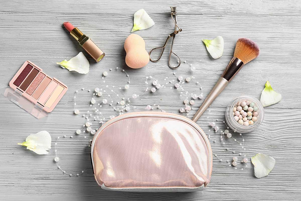 Organiza el maquillaje en bolsas.
