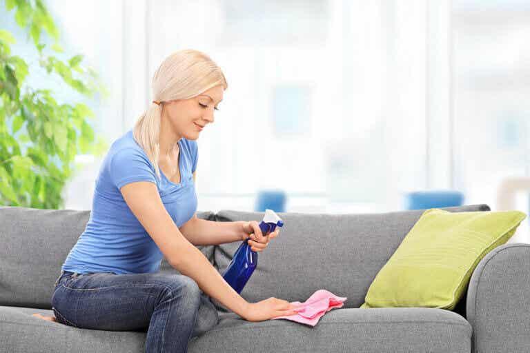 ¿Cómo limpiar un sofá de tela? ¡Te enseñamos!
