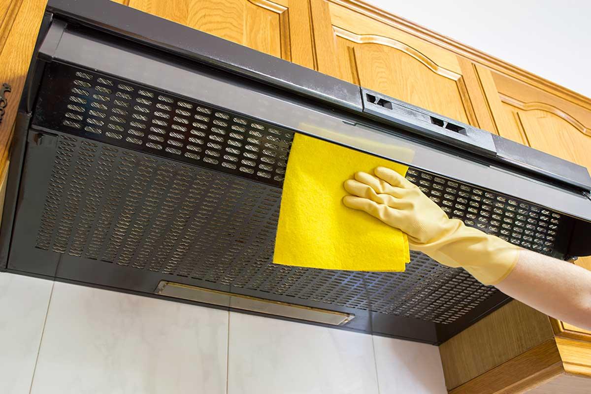 Limpiar la campana extractora de la cocina por fuera.