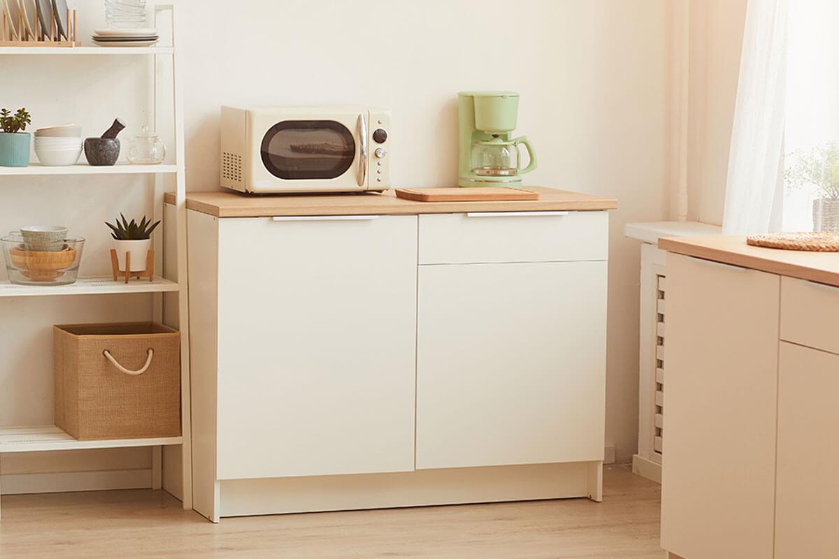 El microondas en la cocina en la zona de café.