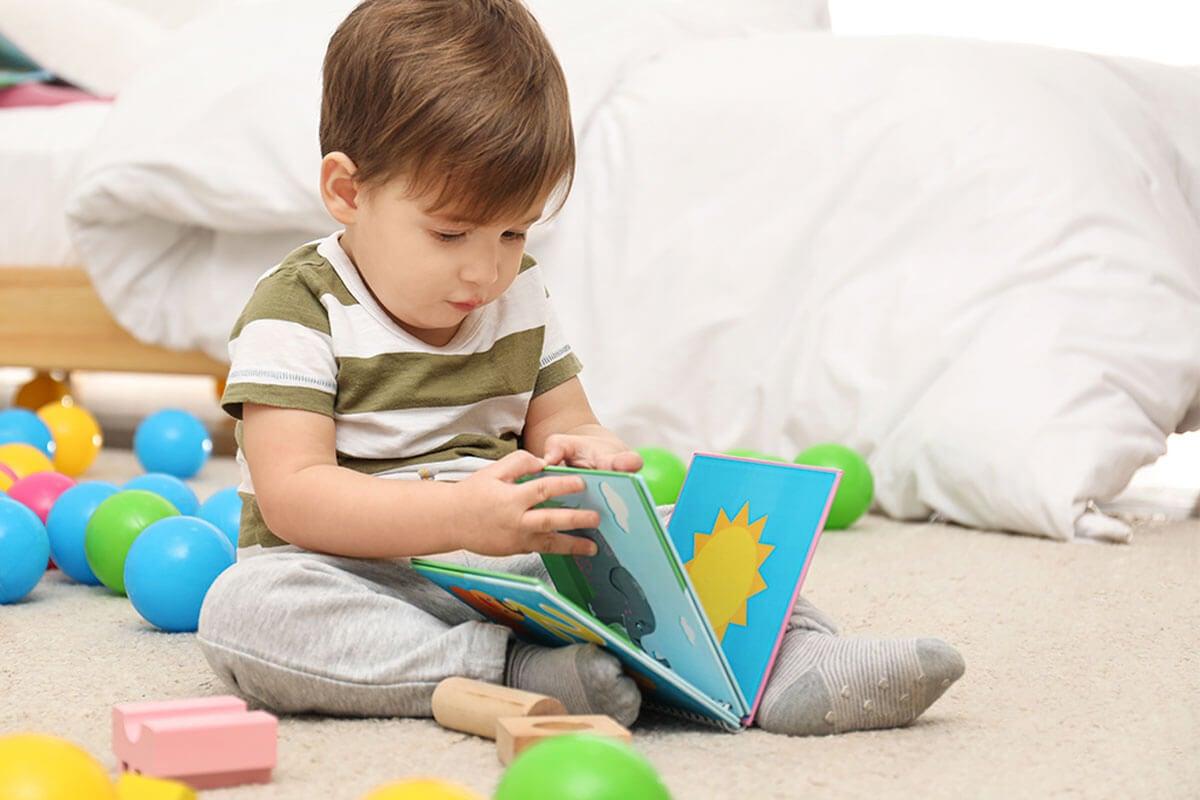 Decora tu rincón de lectura infantil con otros juguetes.