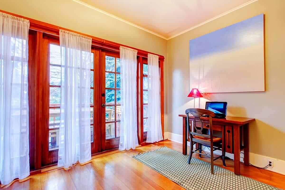 Las cortinas son las tradicionales.