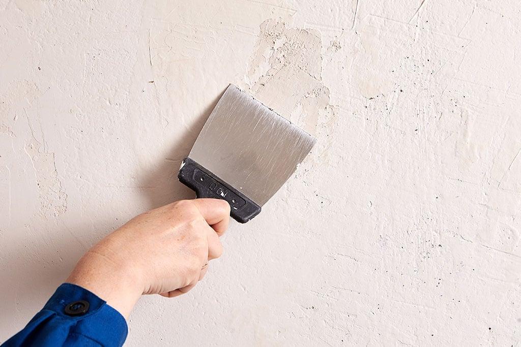 ¿Cómo resanar los agujeros de las paredes?