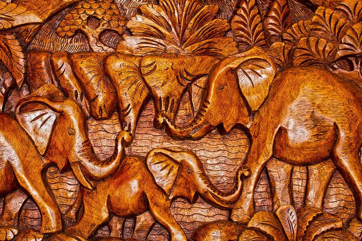 Decora con tallados de madera y textiles.