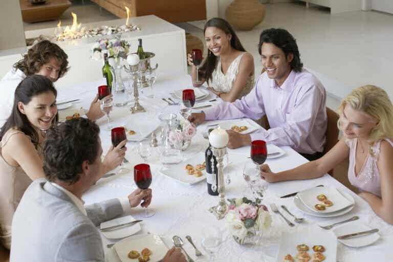Tipos de platos, sus diferentes usos y etiqueta en la mesa