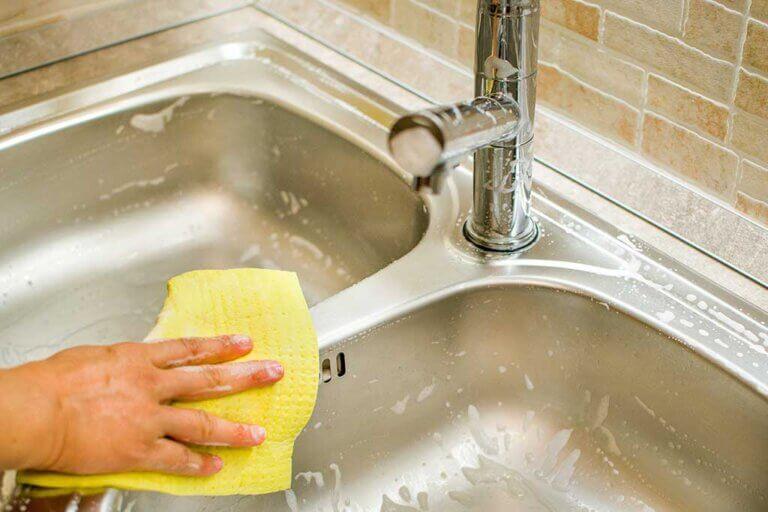 Consejos para limpiar el fregadero de la cocina