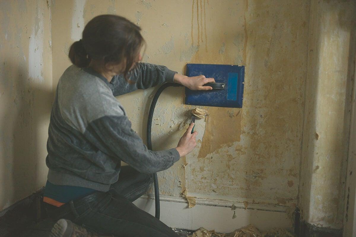 Usa una vaporera para quitar el papel pintado.