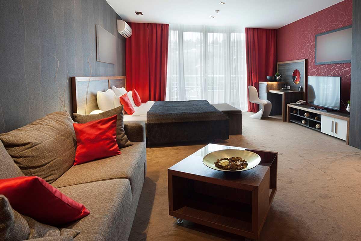 Bedroom in red tones.