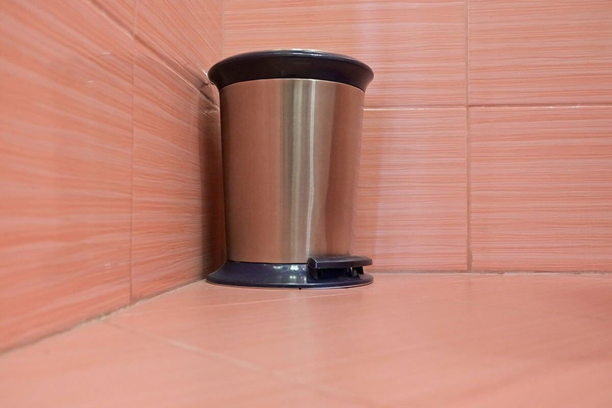 Eliminar el mal olor del baño incluye mantener limpia la papelera.