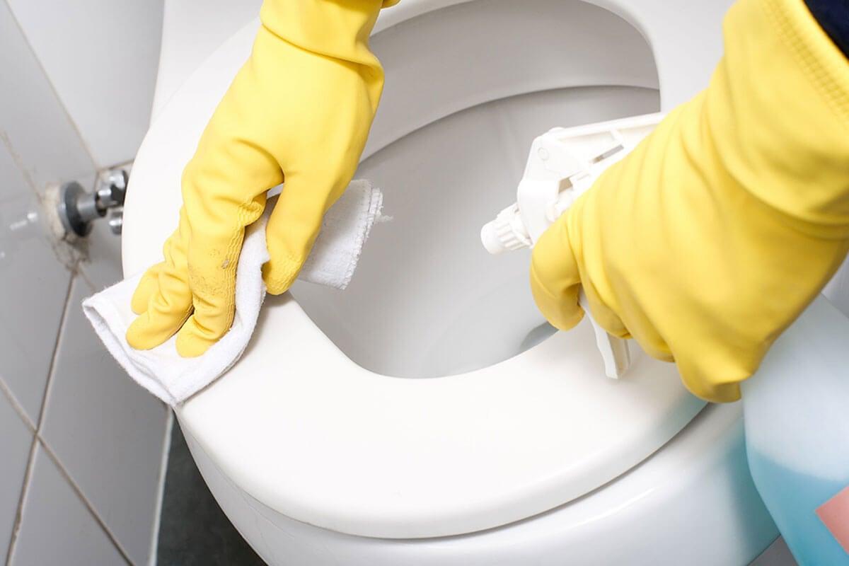 Limpiar el inodoro del baño en diez minutos.