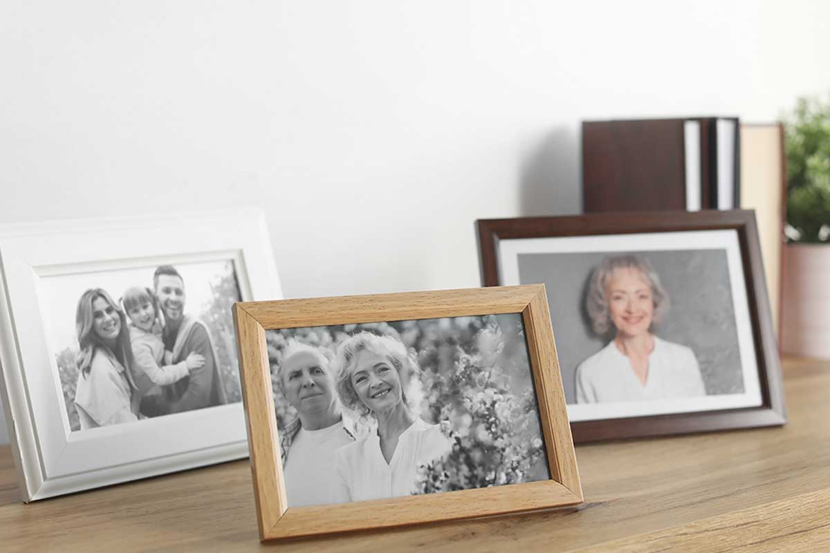 Decorar encima de los muebles altos con fotografías.