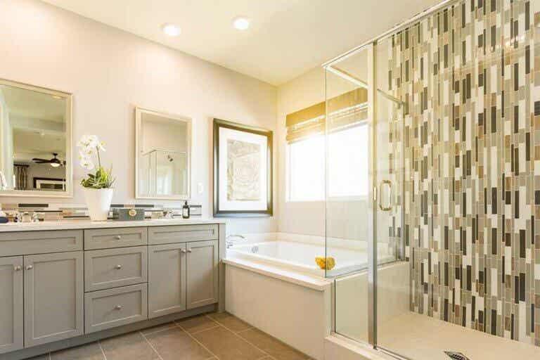 Ideas para crear una pared de contraste en el baño