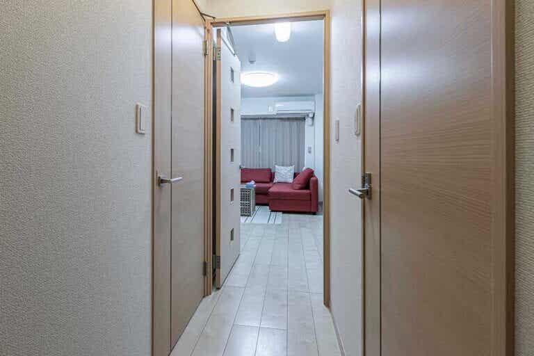 ¿Cómo pintar un pasillo estrecho para hacerlo más ancho?