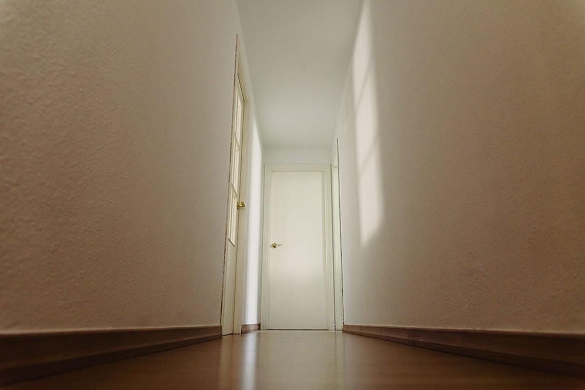 Pintar el pasillo de blanco.