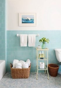 Bagno azzurro con cesta di vimini