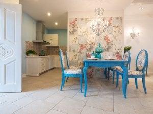 Cucina con pavimento in porcellana in beige.