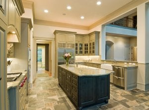cucina con pavimento in pietra.