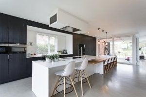 Cucina con pavimento in cemento lucidato in grigio (colore naturale)