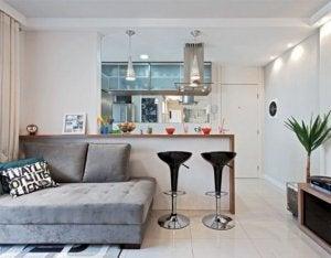 cucina con divano e sgabelli