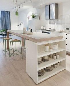 cucina con scaffali e sgabelli