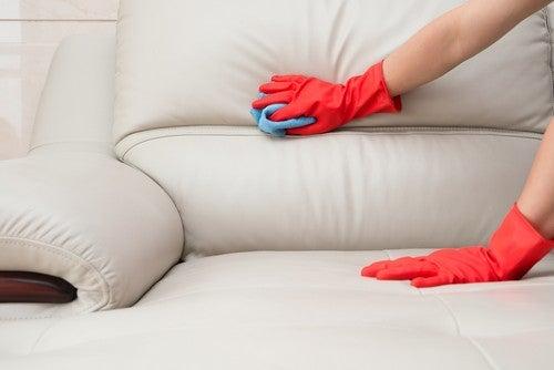 Pulizia di un divano in pelle