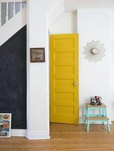 porta gialla corridoio