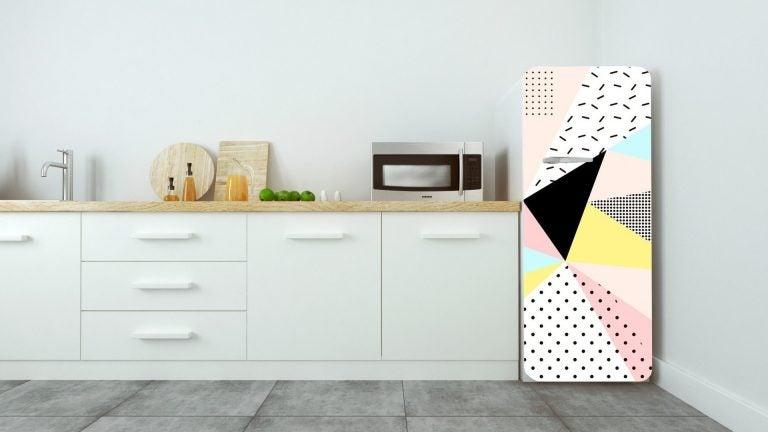 cucina bianca con frigorifero colorato