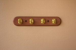 Appendiabiti a muro con quattro applique.