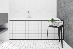 Piastrelle in gres porcellanato bianco per il bagno.