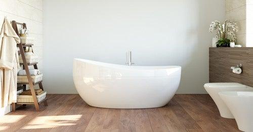 Bagno funzionale con pavimento in legno