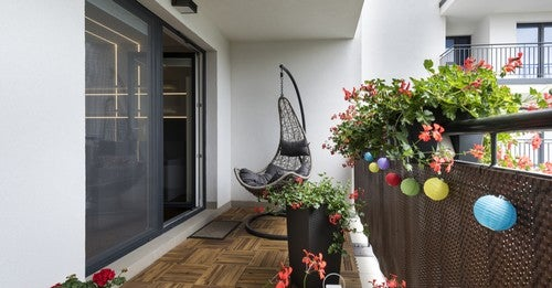 Balcone con lanterne, piante ed amaca