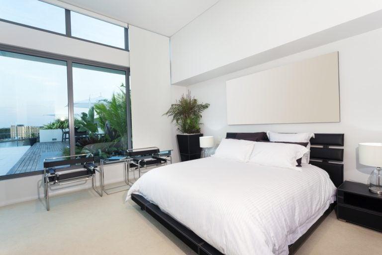 camera da letto con piumone in bianco stile semplice