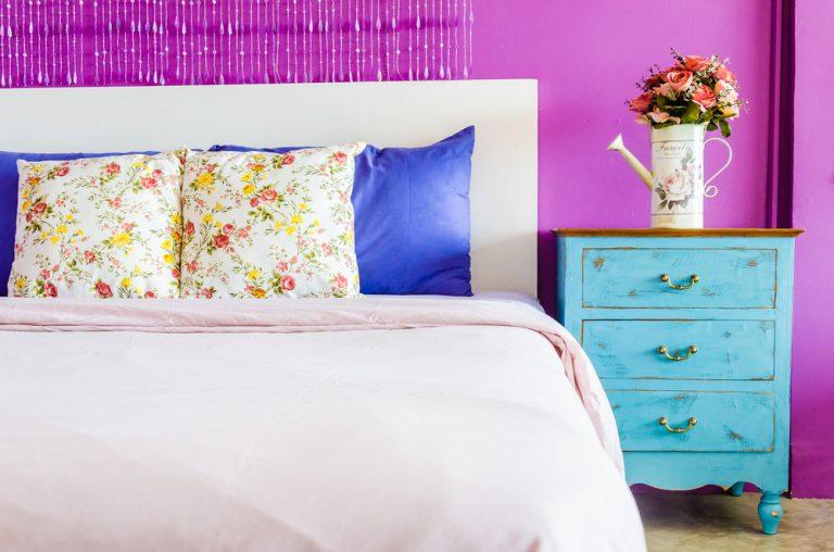 letto con cuscini colorati e testata in bianco