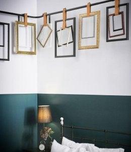 Suggerimenti per decorare la camera da letto con le cornici.