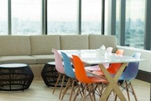 soggiorno con sedie colorate